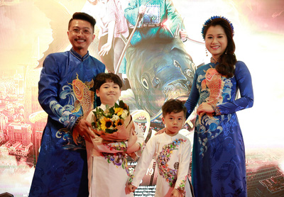 """Vợ chồng Lâm Vỹ Dạ - Hứa Minh Đạt mang 2 con đến """"Táo quậy"""""""