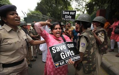 Bé gái Ấn Độ bị hãm hiếp trước mặt mẹ và anh trai