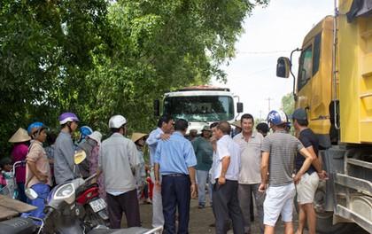 Người dân lại mang đá chặn xe tải