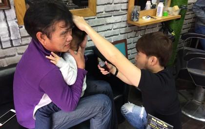 Clip: Bật cười khi HLV Phan Thanh Hùng lúng túng bế cháu cắt tóc