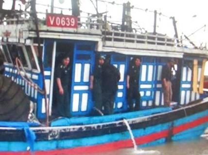Tàu lật úp, 3 ngư dân mất tích trên biển