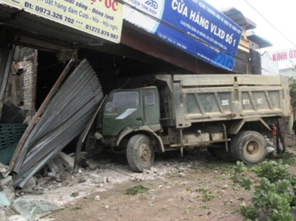 Xe tải tông liên tiếp 5 nhà dân, 1 phụ nữ mang thai bị thương