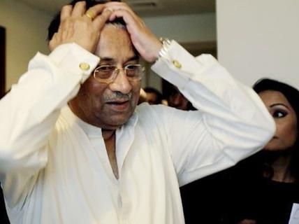 """Ông Musharraf """"đau tim"""" trên đường đến tòa"""