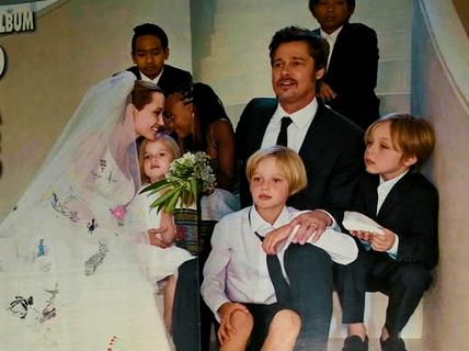 Brad Pitt và Angelina Jolie bán ảnh cưới của mình giá 2 triệu USD