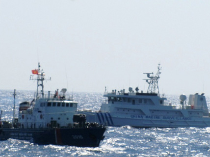 """Tàu Trung Quốc """"giở trò"""" ném đá và chai lọ sang tàu Việt Nam"""