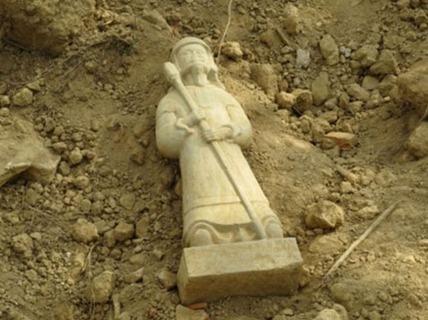 Phát hiện tượng cổ bằng đá nguyên vẹn tại Dinh ông Hoàng Mười
