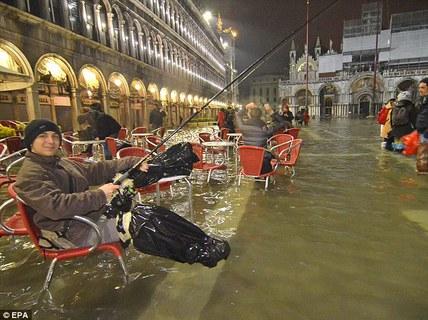 Câu cá giữa quảng trường ở Venice