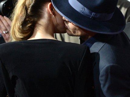 """""""Cướp biển"""" Johnny Depp hôn bạn gái trên thảm đỏ"""