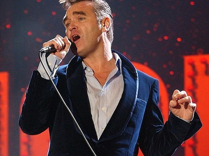 "Ca sĩ Morrissey bị ""fan"" tấn công trên sân khấu"