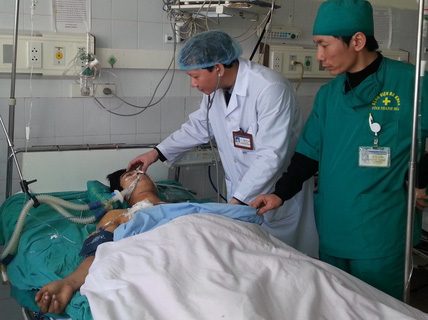 Cứu sống bệnh nhân bị đâm thủng hai lá phổi, gần đứt tủy sống