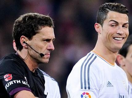 """Trọng tài đuổi Ronaldo bị """"treo còi"""" 1 tháng"""