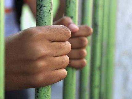 Đòi vào tù vì sợ vợ!