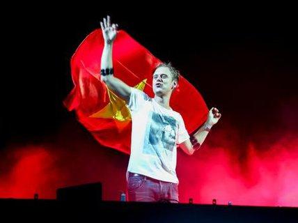 """Khán giả Hà Nội phấn khích vì """"Hello"""" của DJ Armin"""