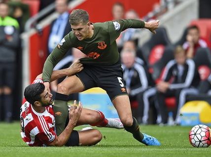 """Man United quyết """"phá"""" Chelsea thương vụ John Stones"""