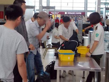 """""""Cầm nhầm"""" iPhone 6 Plus ở sân bay Đà Nẵng, bị phạt 7,5 triệu đồng"""