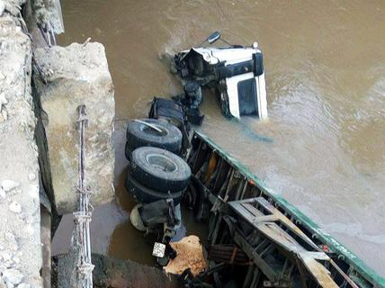 "Xe container ""bay"" từ cầu xuống suối"
