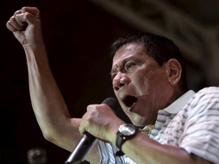 """Họp báo nửa đêm, ông Duterte """"đuổi"""" hết """"người cũ"""""""