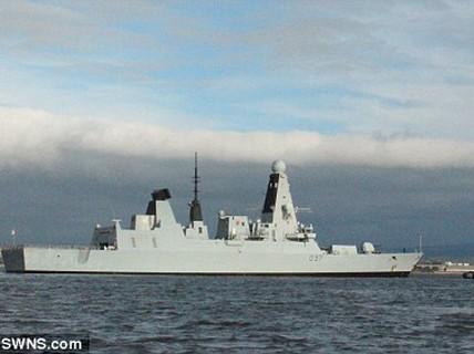 """Chiến hạm Anh hơn 1 tỉ USD """"tê liệt"""" chỉ sau 2 ngày xuất bến"""