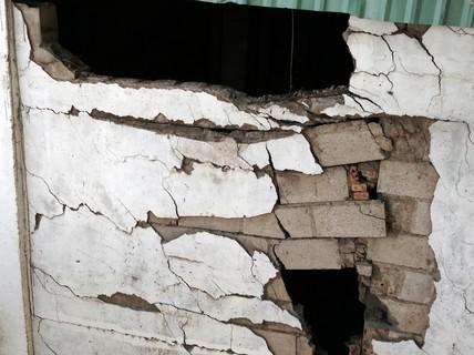 Hàng loạt vết nứt ở cầu vượt Nguyễn Hữu Cảnh
