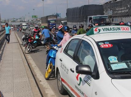 Thanh niên đi taxi bất ngờ tung cửa lao xuống sông Đồng Nai