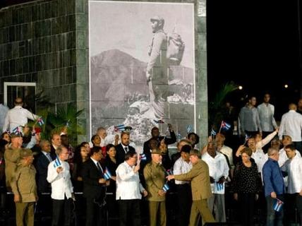 Không tượng đài, tên đường mang tên Fidel Castro