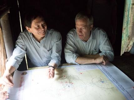 Đại sứ Mỹ và con trai Tướng Giáp thăm sở chỉ huy Điện Biên Phủ
