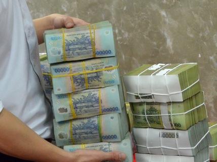 Vì sao Ngân hàng Việt Á không trả 170 tỉ đồng tiết kiệm cho khách hàng?