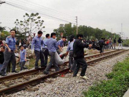 Băng qua đường sắt, 2 người đi xe máy bị tàu SE8 tông chết