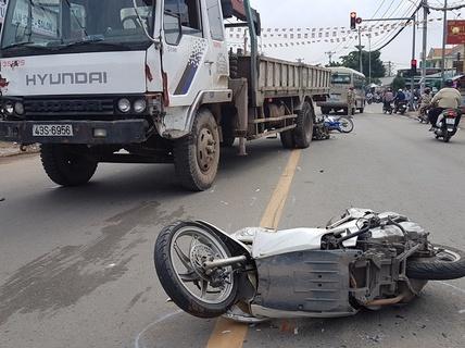 Xe tải tông hàng loạt xe máy và ô tô ở quận 12