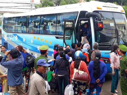 VIDEO: Những người dân cuối cùng ở miền Tây chen chúc về nhà sau bão số 16 (Tembin)