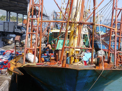 Ép ngư dân nhận tàu dỏm?
