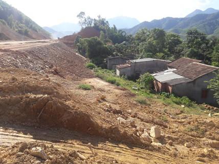 Dự án kéo dài, đẩy bùn đất vào nhà dân