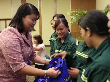 Đến với nữ công nhân công trường