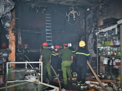 Cháy dữ dội ở cửa hàng kinh doanh đồ điện tử