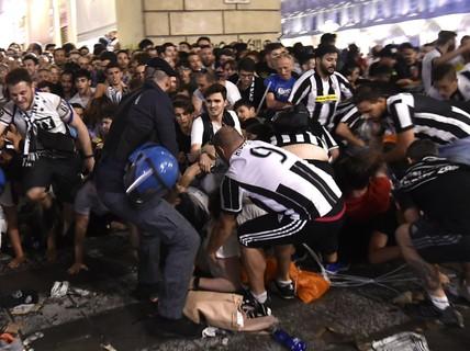 Nổ liên hoàn, CĐV Juventus dẫm đạp nhau thoát thân