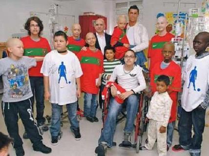 """""""Thiên sứ thiện nguyện"""" Ronaldo xây bệnh viện nhi ở Chile"""