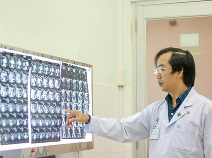 Hi hữu xương cá đâm thủng ruột bệnh nhân hơn nửa tháng