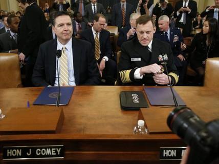 """Giám đốc FBI """"công khai thách thức"""" ông Trump"""