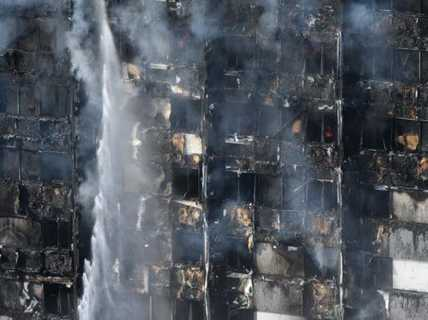 Vụ cháy ở London: Người dưới đất đỡ được em bé rơi từ tầng 10