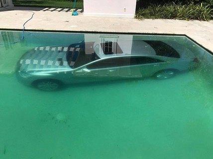 """Bị """"đá"""", người mẫu Nga dìm xe hơi của tình cũ xuống hồ bơi"""