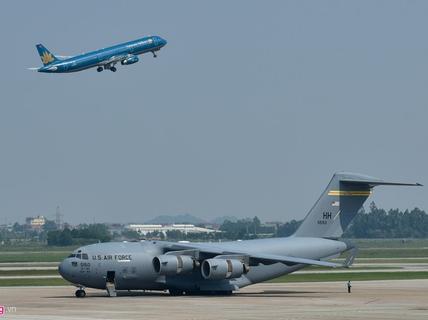 Máy bay vận tải đoàn Tổng thống Donald Trump đến Hà Nội
