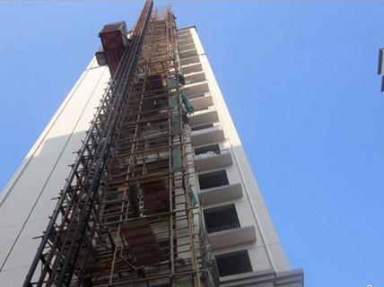Rơi thang máy cao 15 m, thanh niên gãy cột sống, dập phổi