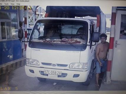 Khởi tố tài xế giữ điện thoại của nhân viên trạm BOT T2
