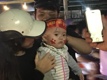 """Lắp hàng loạt màn hình """"khủng"""" xem trực tiếp U23 Việt Nam thi đấu"""