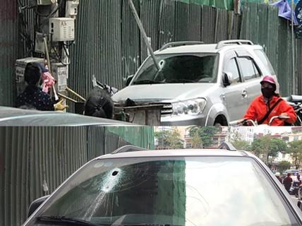Thanh sắt 3 m rơi từ công trình xây dựng, xuyên thủng kính ôtô 7 chỗ