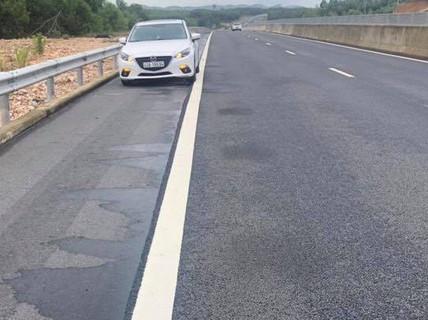 """Phát hiện """"vệt dầu loang"""" bất thường trên đường cao tốc Đà Nẵng – Quảng Ngãi"""