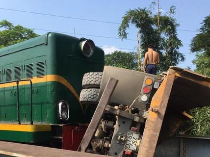 Cố vượt đường sắt, xe tải bị tàu hỏa tông lật, 5 người bị thương