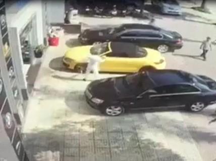 """Clip ông trùm ma túy """"ôm"""" 3 quả lựu đạn cầm 2 kiếm chém xe Audi đắt tiền"""