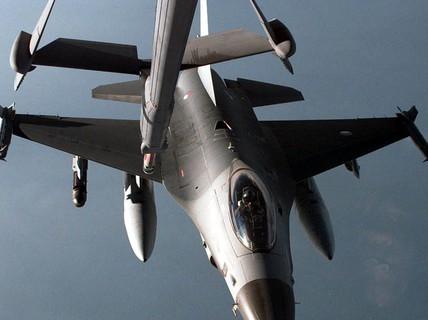 Hà Lan xuất kích chiến đấu cơ F-16 mang tên lửa hộ tống máy bay chở khách