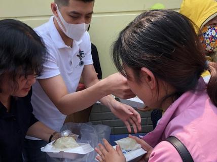 """Sau hình ảnh """"trai hư"""", Noo Phước Thịnh tặng cơm cho bệnh nhân nghèo"""